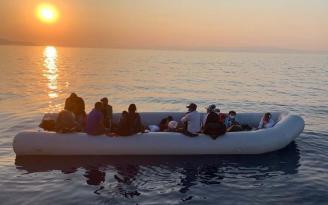 Çanakkale'de sürüklenen göçmen botunu yine Türk askeri kurtardı