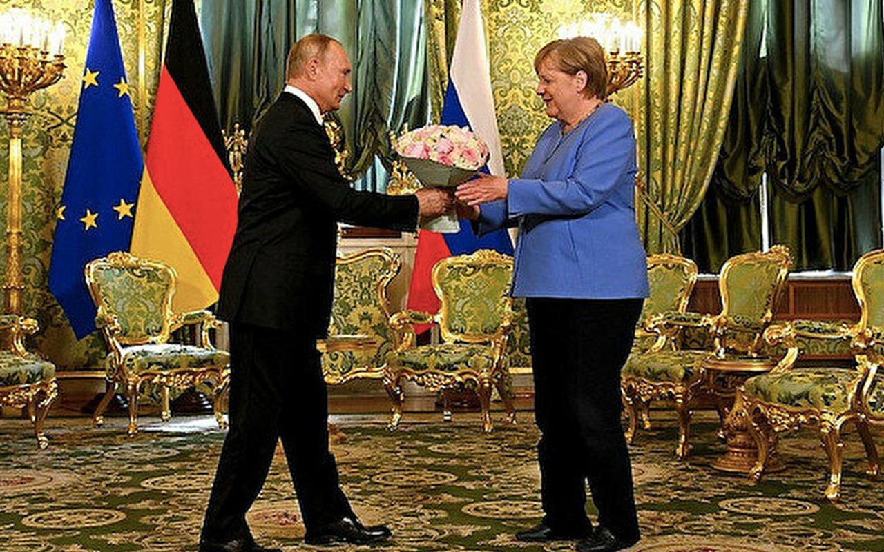 Merkel'den Putin'e yaptırım tehdidi: Doğalgaz boru hattını silah olarak kullanmamalı