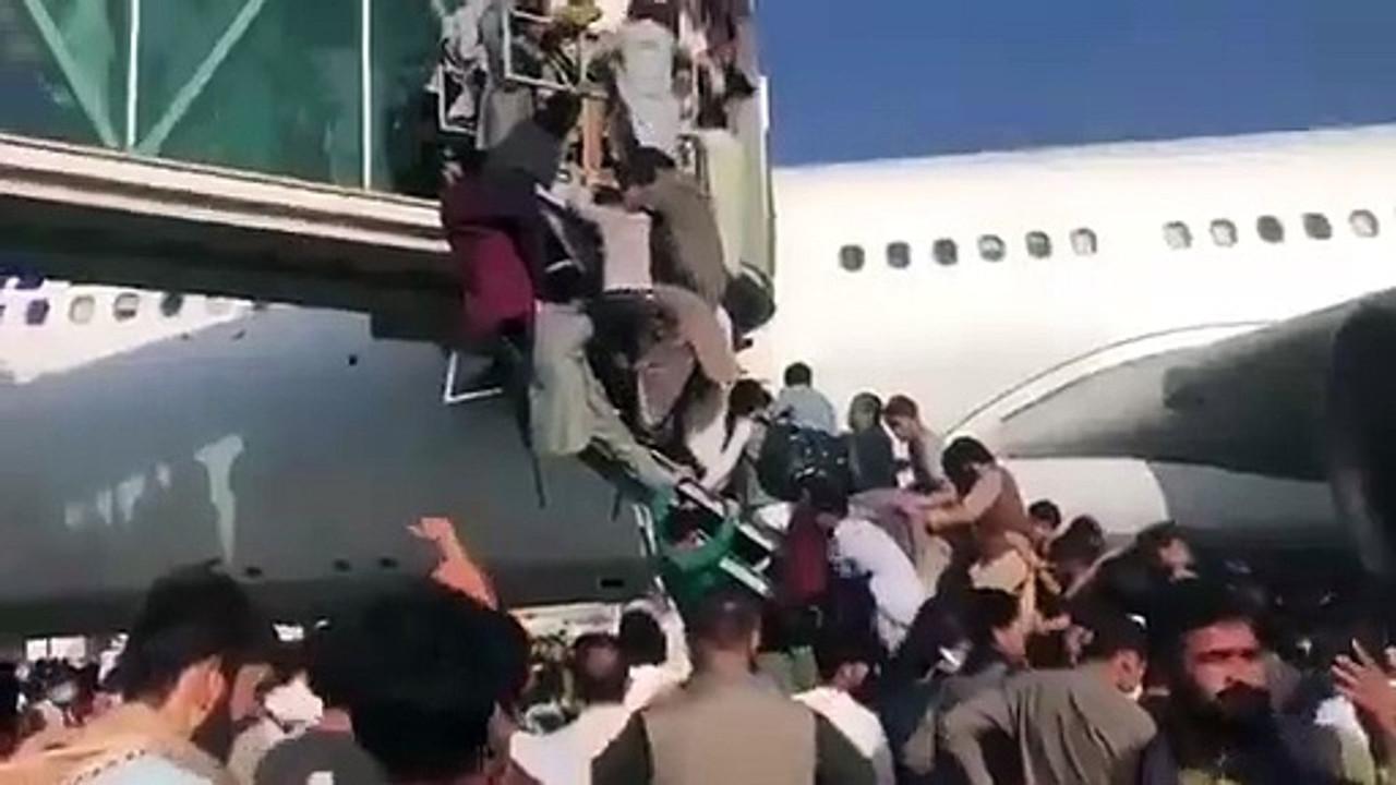 Afganistan'da büyük kaos: Havalimanında birbirlerini ezdiler